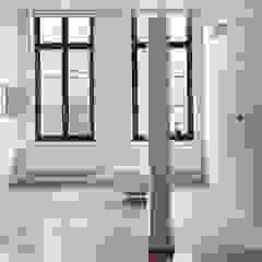 villa 1 Minimalistische badkamers van White Door Architects Minimalistisch