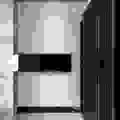 Pasillos, vestíbulos y escaleras de estilo moderno de 直譯空間設計有限公司 Moderno