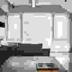 Salones de estilo moderno de 直譯空間設計有限公司 Moderno