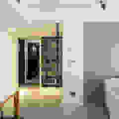Paredes y suelos de estilo moderno de 直譯空間設計有限公司 Moderno