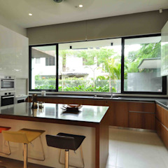 Sunset House Tropical style kitchen by ming architects Tropical