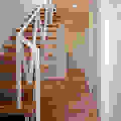 Modern Corridor, Hallway and Staircase by 豊田空間デザイン室 一級建築士事務所 Modern