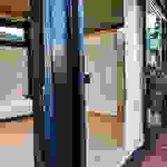 Varandas, marquises e terraços industriais por Studious Architects Industrial