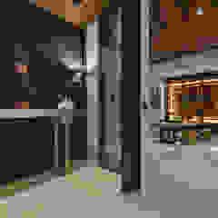 Asian style corridor, hallway & stairs by Luova 創研俬.集 Asian