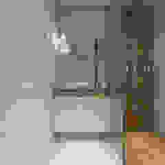 Phòng tắm phong cách Bắc Âu bởi PRØJEKTYW   Architektura Wnętrz & Design Bắc Âu