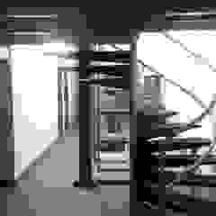 ESTUDIO DE ARQUITECTURA C.A Colonial style corridor, hallway& stairs