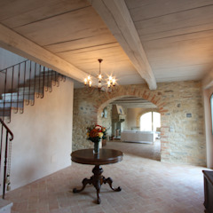 Country style corridor, hallway& stairs by marco carlini architetto Country