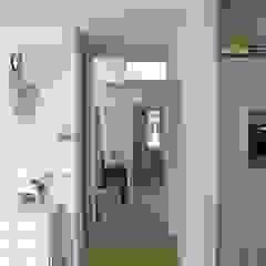 Pasillos, vestíbulos y escaleras de estilo moderno de JE-ARCHITECTEN Moderno
