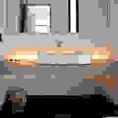 Phòng tắm phong cách hiện đại bởi TARE arquitectos Hiện đại