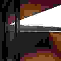 Moderner Balkon, Veranda & Terrasse von 岡本和樹建築設計事務所 Modern