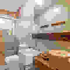 Residência Inspiração Toscana Banheiros rústicos por RHAJA ARQUITETURA Rústico