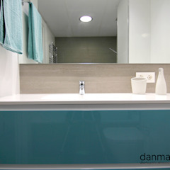 Bagno in stile scandinavo di Danma Design Scandinavo Ceramica