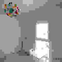 Stanza dei bambini in stile scandinavo di Danma Design Scandinavo