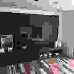 Moderner Multimedia-Raum von luciana zeitel & marcella libeskind arquitetura e interiores Modern