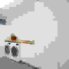 Minimalist dressing room by Solares Architecture Minimalist