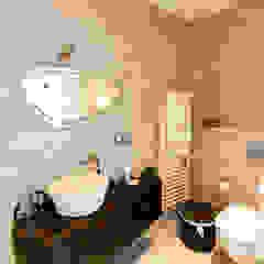 Bagno en-suite della camera ospiti Bagno moderno di MBquadro Architetti Moderno