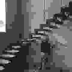 Pasillos, vestíbulos y escaleras minimalistas de Ma&Co Minimalista Concreto reforzado