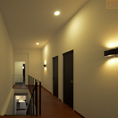 Colonial style corridor, hallway& stairs by Designer House Colonial