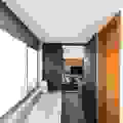 Apartamento Bom Fim Paredes e pisos minimalistas por Bibiana Menegaz - Arquitetura de Atmosfera Minimalista Granito
