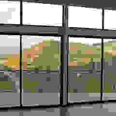 Śródziemnomorskie okna i drzwi od Directorio Inmobiliario Śródziemnomorski Szkło