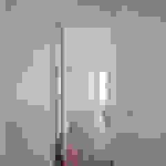 Xavi House Closets minimalistas por Contexto ® Minimalista Derivados de madeira Transparente