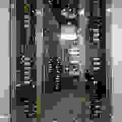 Bodegas de vino de estilo moderno de Douglas Design Studio Moderno Metal