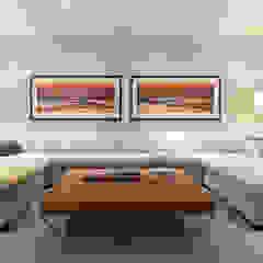 Family Room 现代客厅設計點子、靈感 & 圖片 根據 Douglas Design Studio 現代風