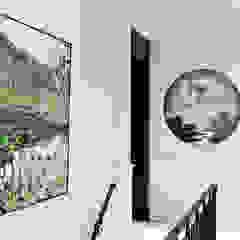 Hallway 現代風玄關、走廊與階梯 根據 Douglas Design Studio 現代風