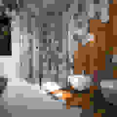 Hexagonal bathroom Bagno moderno di mcp-render Moderno