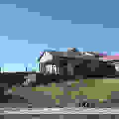 by Property Commerce Architects Сучасний