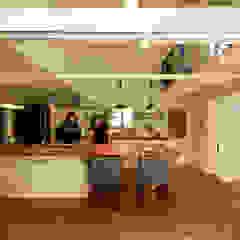 料理教室が開ける大型アイランドキッチンに、パーティーが日常になるロフト付きリビング。 オリジナルデザインの キッチン の 加藤淳一級建築士事務所 オリジナル