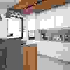 Ciepłe i jasne mieszkanie w nowoczesnym stylu Nowoczesna kuchnia od MONOstudio Nowoczesny