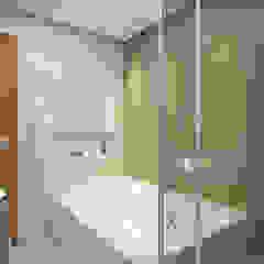 Reforma de Cobertura em Belo Horizonte - MG Banheiros minimalistas por Filipe Castro Arquitetura   Design Minimalista Cerâmica