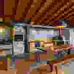 Garajes rústicos de Aptar Arquitetura Rústico Madera maciza Multicolor