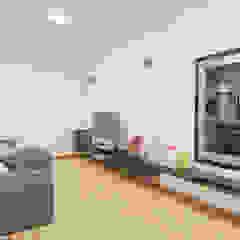 Casa Luz BH Salas multimídia minimalistas por OMA Arquitetura Minimalista