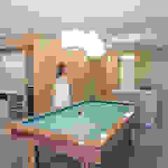 Zona biliardo e cucina PLUS ULTRA studio Sala da pranzo minimalista Legno Grigio