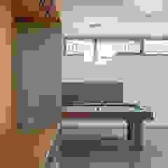 Home theatre con biliardo PLUS ULTRA studio Sala multimediale minimalista