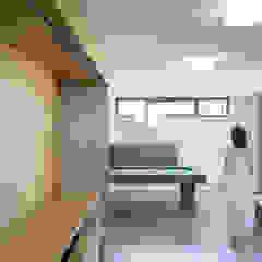 Soggiorno con angolo home theatre e biliardo PLUS ULTRA studio Soggiorno minimalista