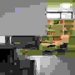 Camino & area lounge PLUS ULTRA studio Soggiorno minimalista
