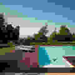 Piscina con scalinata in muratura Giardino in stile mediterraneo di PLUS ULTRA studio Mediterraneo