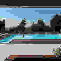 Vista dalla dependance Piscina in stile mediterraneo di PLUS ULTRA studio Mediterraneo