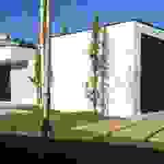 casa JL Garagens e arrecadações minimalistas por arquitetura.501 Minimalista