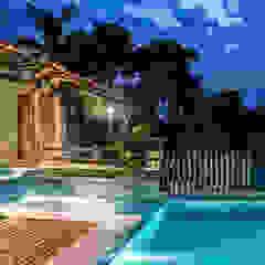 residência Ferradura - Búzios por paula medina johnsson arquitetura Tropical Madeira Efeito de madeira