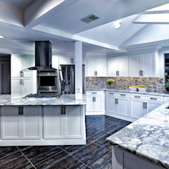 Cocinas de estilo clásico de Main Line Kitchen Design Clásico