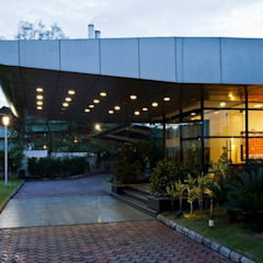 Entrance by Studio - Architect Rajesh Patel Consultants P. Ltd Modern