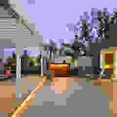 Balcones y terrazas de estilo moderno de USINE STUDIO Moderno
