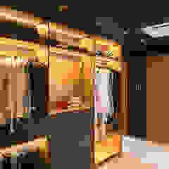 Apartament Bursztynowy Egzotyczna garderoba od Viva Design - projektowanie wnętrz Egzotyczny Lite drewno Wielokolorowy