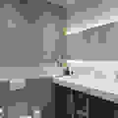 Minimalist style bathroom by Reroom Minimalist