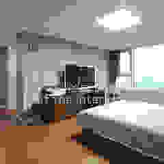 Dormitorios de estilo moderno de 디자인 아버 Moderno