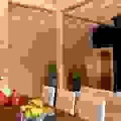 RUSTICASA   Casa unifamiliar   Sta. Maria da Feira Salas de jantar tropicais por Rusticasa Tropical Madeira maciça Multicolor